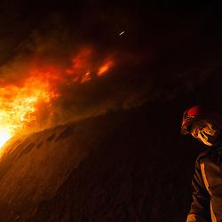 """Le Bureau Enquête Incendie est une organisation chargée de la formation et de l'expertise en Recherche des Causes d'Incendie (RCCI). Point d'orgue de leur formation RCCI, les stagiaires pompiers sont amenés dans l'escalier du fort de Domont tandis qu'un feu de pneus et de palettes est allumé pour étudier le comportement de la fumée et voir évoluer les """"anges de feu"""" (des poches de gaz s'enflammant spontanément au plafond).<br /> Décembre 2013 / Domont / Val d'Oise(95) / FRANCE"""