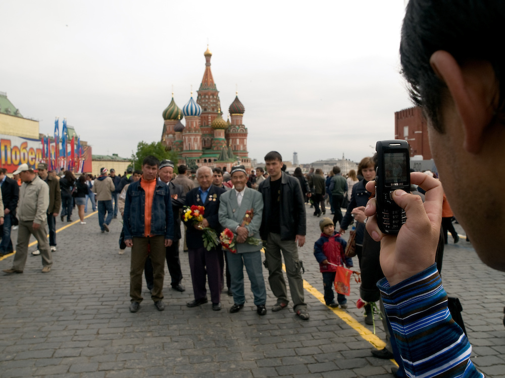 Veteranen aus dem 2. Weltkrieg lassen sich vor der Basilius-Kathedrale auf dem Roten Platz in Moskau fotografieren.<br /> <br /> WWII veterans getting photographed infront of the Saint Basil's Cathedral at red Square in Moscow.