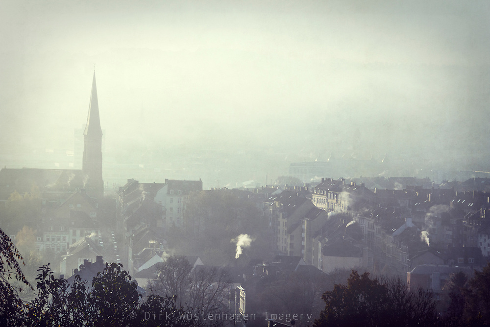 Nordstadt Wuppertal an diesigem Wintermorgen, Wuppertal, Deutschland