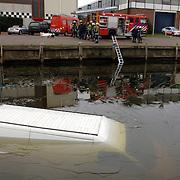 NLD/Bussum/20060201 - auto te water kade havenstraat Huizen, busje, ijs, brandweer, duikers, trap,
