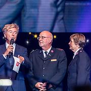 NLD/Amsterdam/20170916 - Uitreiking Majoor Boszhardprijs 2017, Bert van Leeuwen, comissioner Hans van Vliet en prijswinnaar Linda de Mol
