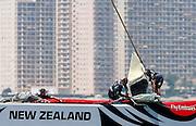 """V. 10. Valencia, 12/06/2007. Varios tripulantes del """"Emirates Team New Zealand""""izan la """"Génova"""" durante la sesión de entrenamiento que ha llevado a cabo hoy en la bahía de Valencia con motivo de la Copa del America que disputará contra el """"Alinghi"""" a partir del próximo 23 de junio. EFE/Kai Försterling"""