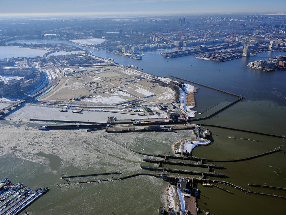 Nederland, Noord-Holland, Amsterdam, 13-02-2021; Oranjesluizen met Zeeburgereiland.<br />  <br /> luchtfoto (toeslag op standaard tarieven);<br /> aerial photo (additional fee required)<br /> copyright © 2021 foto/photo Siebe Swar