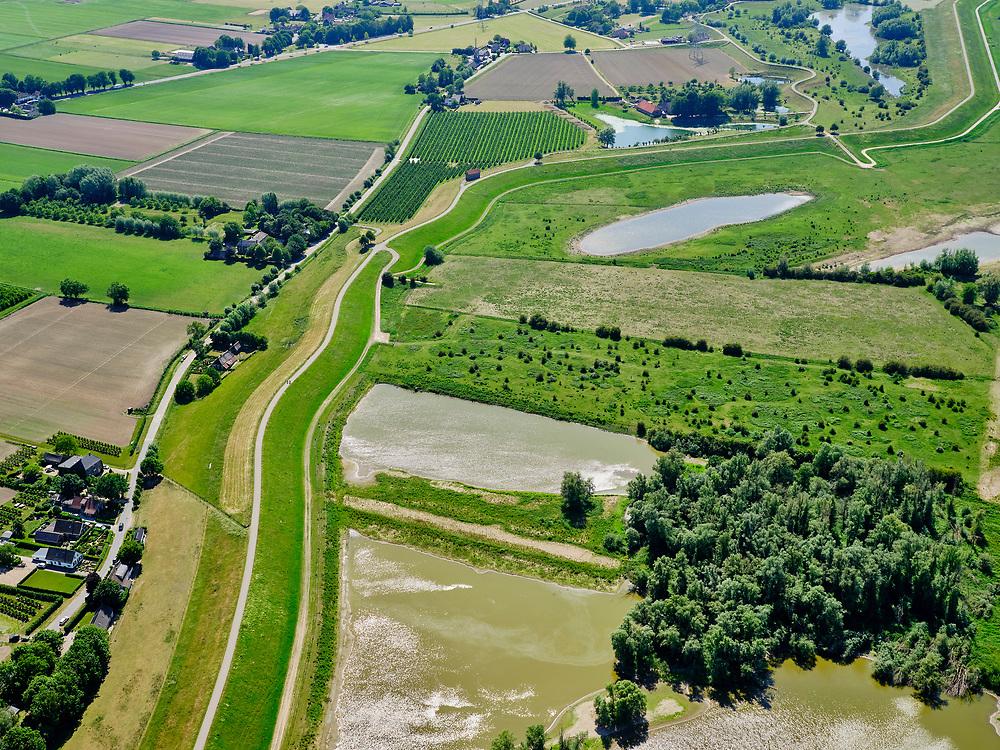 Nederland, Gelderland, Gemeente Druten, 14–05-2020; Waalbandijk direct ten oosten van Afferden. Rechts Afferdense en Deestse Waarden.<br /> Waalbandijk (winter dike) directly east of Afferden. Afferdense and Deestse Waarden.<br /> <br /> luchtfoto (toeslag op standaard tarieven);<br /> aerial photo (additional fee required)<br /> copyright © 2020 foto/photo Siebe Swart