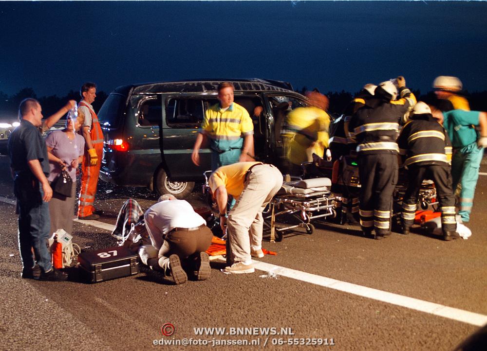 Ongeval A27 Huizen, taxi bus over de kop 2 gewonden