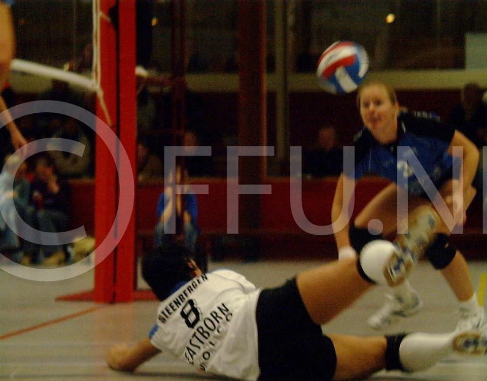 fotografie frank uijlenbroek@2002/michiel van de velde.Volleybalwedstrijd Volco..Kirsten Steenbergen duikt op een bal terwijl Ysabel Marechal toekijkt.