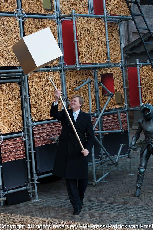 Koning Willem-Alexander opent de tentoonstelling Jheronimus Bosch - Visioenen van een genie in Het Noordbrabants Museum. <br /> <br /> King Willem-Alexander opens the exhibition Hieronymus Bosch - Visions of a genius in the North Brabant Museum.<br /> <br /> Op de foto / On the photo:  Koning Willem-Alexander opent de tentoonstelling Jheronimus Bosch  ///  King Willem-Alexander opens the exhibition Hieronymus Bosch
