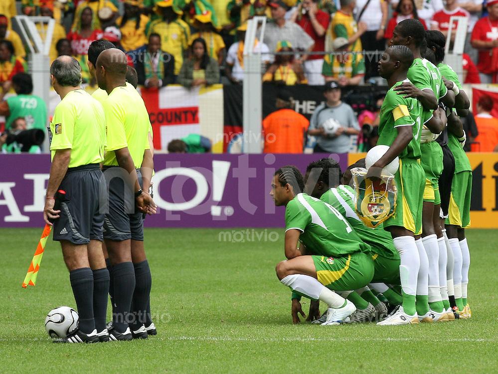 Fussball WM 2006  Gruppenspiel  Vorrunde Togo - Schweiz Feature Mannschaftsfoto Togo (rechts), links das Schiedsrichter-Gespann
