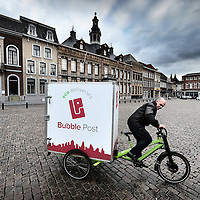 Nederland, Roermond, 10 februari 2016.<br /> Cityhub stadsdistributie in Roermond.<br /> Yourick Fokker(operations en stores) van Cityhub komt met elektrische bakfiets naar de Markt.<br /> <br /> Environmental friendly electric powered logistics by Cityhub in Roermond, the Netherlands. <br /> <br /> Foto: Jean-Pierre Jans