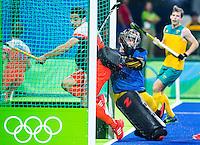 RIO DE JANEIRO  -  Valentin Verga (Ned) brengt de stand op 3-0  tijdens de kwartfinale hockey heren Nederland-Australie , tijdens de Olympische Spelen. goalie Andrew Charter (Aus) probeert hem te stoppen . COPYRIGHT KOEN SUYK