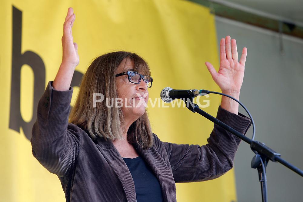 Wenige Tage nach Bekanntwerden des Umstands, dass der Salzstock im Wendland nicht weiter auf die Eignung als Atommülllager erkundet werden soll, feiern Atomkraftgegner das Aus für Gorleben nach 43 Jahren des Widerstands.Im Bild: Rebecca Harms<br /> <br /> Ort: Gorleben<br /> Copyright: Karin Behr<br /> Quelle: PubliXviewinG