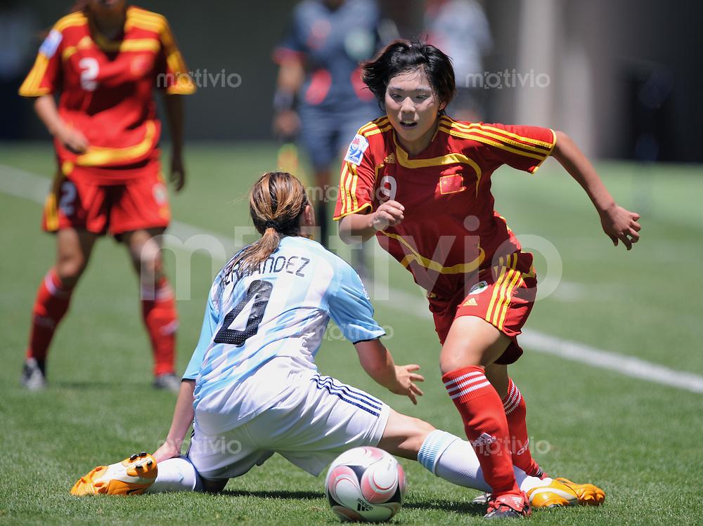 Fussball Frauen FIFA U 20  Weltmeisterschaft 2008     18.11.2008 China - Argentinien Yasha Gu (re, CHN) gegen Yanina Hernandez (ARG)