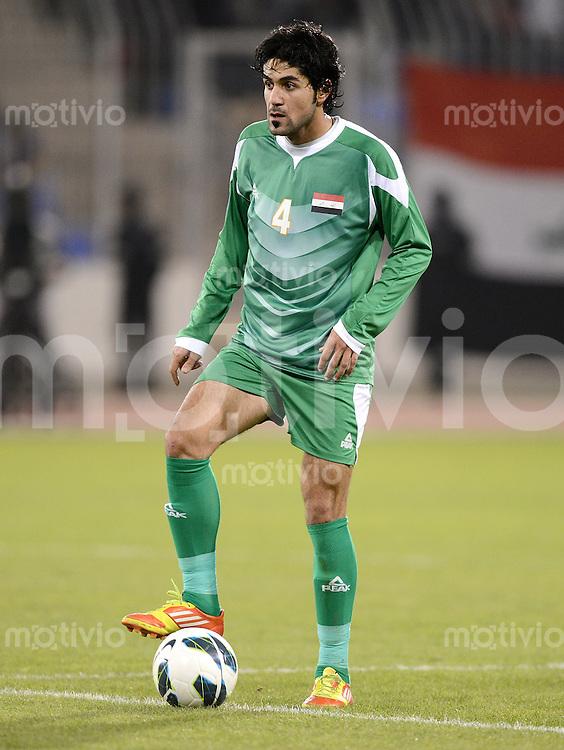 Fussball International Gulf Cup 2013 in Bahrain    Irak - Jemen        12.01.2013 Khaldoon Ibrahim Albu Mohammed (Irak) am Ball