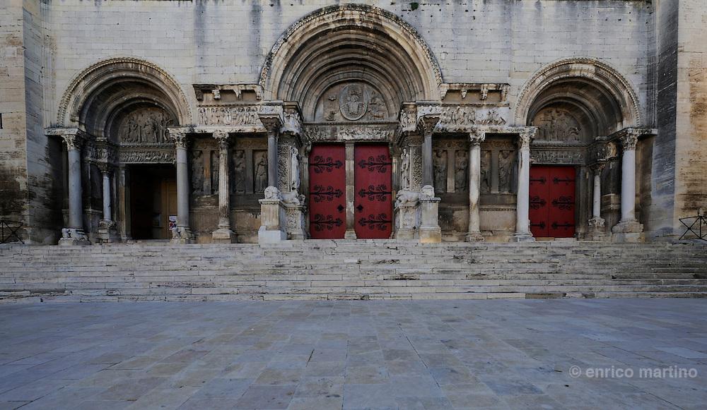 Saint Gilles, il portale dell'abbazia benedettina. Per secoli il culto di St Gilles è stato il terzo pellegrinaggio cristiano dopo Roma e Gerusalemme, poi grazie a Cluny è diventato una tappa del Cammino di Compostela