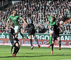 04.04.2015, Weserstadion, Bremen, GER, 1. FBL, SV Werder Bremen vs 1. FSV Mainz 05, 27. Runde, im Bild Nach einem Freistoss kommt Jannik Westergaard ( Werder Bremen ) rechts, zum Kopfball, der aber fuer Loris Karius, Torwart ( 1. FSV Mainz 05 ) kein Problem darstellt. // during the German Bundesliga 27th round match between SV Werder Bremen and 1. FSV Mainz 05 at the Weserstadion in Bremen, Germany on 2015/04/04. EXPA Pictures © 2015, PhotoCredit: EXPA/ Eibner-Pressefoto/ Schmidbauer<br /> <br /> *****ATTENTION - OUT of GER*****
