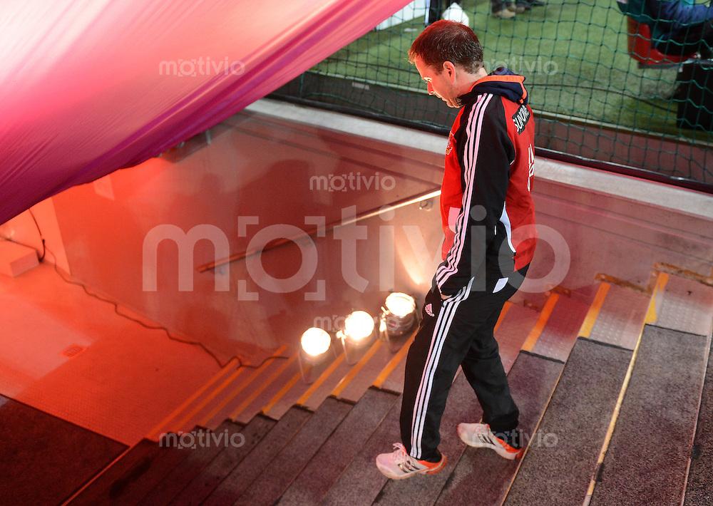 FUSSBALL   1. BUNDESLIGA  SAISON 2012/2013   9. Spieltag FC Bayern Muenchen - Bayer 04 Leverkusen    28.10.2012 Trainer Trainer Sascha Lewandowski (Bayer 04 Leverkusen) geht in den Spielertunnel der Allianz Arena