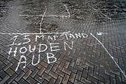 Nederland, Nijmegen, 25-10-2020 In de stad is het stil en leeg vanwege de verscherpte coronamaatregelen die de horeca op slot hebben gedaan . Op de markt de oproep afstand te houden op straat gekalkt en na de markt achtergebleven . .Foto: ANP/ Hollandse Hoogte/ Flip Franssen