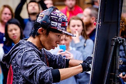 Edinburgh Scotland 7th August 2016 :: Performers from Fringe shows entertain in the High Street to promote their shows.<br /> <br /> Pictured: An artists entertains the crowds<br /> <br /> (c) Andrew Wilson | Edinburgh Elite media