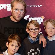 NLD/Amsterdam/20190210- première Corgi, Leo Alkemade met zijn kinderen