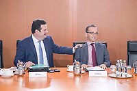 02 OCT 2018, BERLIN/GERMANY:<br /> Hubertus Heil (L), SPD, Bundesarbeitsminister, und Heiko Maas (R), SPD, Bundesaussenminister, im Gespraech, vor Beginn der Kabinettsitzung, Bundeskanzleramt<br /> IMAGE: 20181002-01-001<br /> KEYWORDS: Kabinett, Sitzung, Gespräch