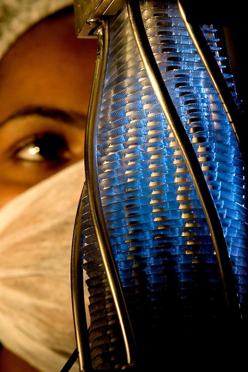 Belo Horizonte_MG, Brasil...Laboratorios da FUNED ( Fundacao Ezequiel Dias ). Na foto uma pesquisadora...FUNED ( Fundacao Ezequiel Dias ) laboratory. In this photo a researcher. ..FOTO: LEO DRUMOND / NITRO.