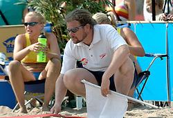 18-06-2006 VOLLEYBAL: CITY BEACH TOUR: GOUDA<br /> De finales van de City Beach! Tour stond dit weekend op de markt van Gouda / beach item - lijnrechter referee<br /> ©2006-WWW.FOTOHOOGENDOORN.NL
