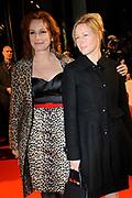 Premiere van de film Sonny Boy op maandag 17 januari in het Circus Theater in Scheveningen.<br /> <br /> Op de foto: Marian Mudder en Irma Hartog