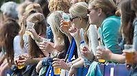GROENEKAN -  publiek met biertje tijdens de  2e wedstrijd om het kampioenschap in de Overgangsklasse bij de mannen tussen Voordaan en SCHC (4-5). Er volgt nog een wedstrijd. COPYRIGHT KOEN SUYK