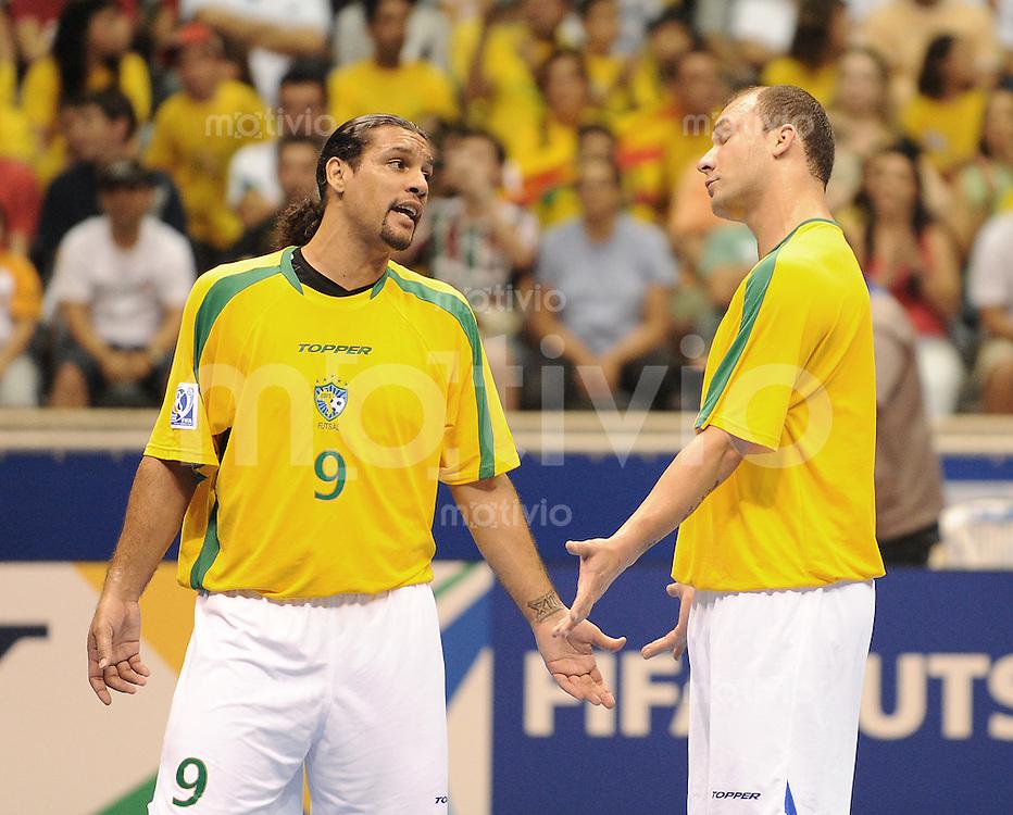 Fussball  International  FIFA  FUTSAL WM 2008   12.10.2008 Zweite Gruppenrunde Gruppe E Italy - Brasil Italien - Brasilien BETAO (li, BRA) und SCHUMACHER (BRA) diskutieren