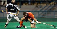 WK Hockey. Nederland-Pakistan 2-1. Ronald Brouwer in duel met Tariq Imran van Pakistan.