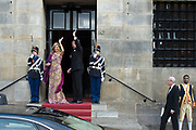 Koning Willem-Alexander en koningin Maxima komen aan bij het Koninklijk Paleis voor een feestelijk diner met 150 Nederlanders van vijftig jaar die werden uitgenodigd ter gelegenheid van de 50ste verjaardag van de koning. <br /> <br /> King Willem-Alexander and Queen Maxima attend the Royal Palace for a festive dinner with 150 Dutchmen of fifty years who were invited on the occasion of the 50th anniversary of the king.