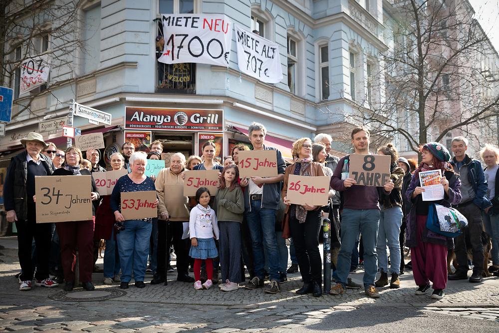 Mieter der Eckhaus Samariterstraße 8 / Rigaerstraße 35 in Berlin-Friedrichshain protestieren gegen die Entmietung des Hauses durch Mieterhöhungen. Im Zuge von Modernisierungen, die vom Investor der Fortis PROJEKT F-22 ALPHA GMBH Ende 2018 angekündigt wurden, soll die Kaltmiete sich die Kaltmiete verdoppeln bis verdreifachen. Mieter zeigen auf Schildern, wie lange sie bereits in dem Haus leben.<br /> <br /> [© Christian Mang - Veroeffentlichung nur gg. Honorar (zzgl. MwSt.), Urhebervermerk und Beleg. Nur für redaktionelle Nutzung - Publication only with licence fee payment, copyright notice and voucher copy. For editorial use only - No model release. No property release. Kontakt: mail@christianmang.com.]