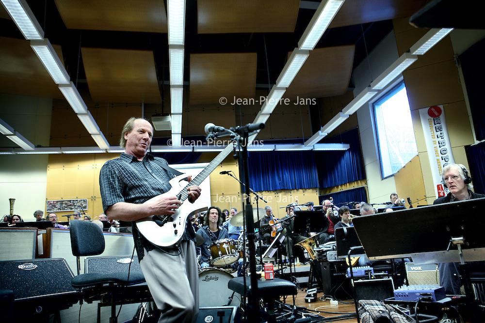 Nederland, Hilversum , 22 februari 2011..Adrian Belew is één van de meest vermaarde gitaristen in de popmuziek. Hij werkte met o.a. David Bowie, Talking Heads en Nine Inch Nails, is al jaren de frontman van King Crimson en onderhoudt een drukke solocarrière. Zijn laatste album, 'e', maakte hij met een orkest in gedachten. Op zondag 27 februari wordt die werkelijkheid als Adrian Belew in Paradiso optreedt met het Metropole Orkest o.l.v. Jules Buckley..Op de foto Adrian Belew tijdens repetitie met Metropole orkest..Adrian Belew  is an American guitarist, singer, songwriter, multi-instrumentalist and record producer. He is perhaps best known for his work as a member of the progressive rock group King Crimson. (Wikipedia)
