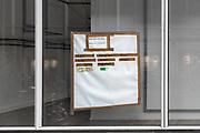 Nederland, Nijmegen, 6-10-2020Op een winkelruit van een leeg pand, hangt een opgeplakt papier met een lijstje van winkels die open zijn, ondanks de Corona .Foto: ANP/ Hollandse Hoogte/ Flip Franssen