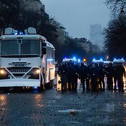 Echauffourées à l'arrivée place de l'étoile d'un cortège de manifestants dans le cadre de l'acte 10 des manifestations de gilets jaunes le 12 janvier 2019 à Paris. Dispositif de sécurisation constitué de forces de police et de gendarmerie (Escadrons de Gendarmerie Mobile, Brigade Anti Criminalité et Compagnies Républicaines de Sécurité).