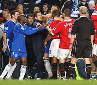 Fotball<br /> Foto: SBI/Digitalsport<br /> NORWAY ONLY<br /> <br /> Carling Cup Semi Final first leg<br /> <br /> Chelsea v Manchester United. 12/1/2005.<br /> <br /> Chelsea's Joe Cole and other members of the bench get involved with pushing and shoving with Manchester United's players