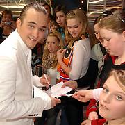 NLD/Baarn/20070314 - 10de Live uitzending RTL Dancing on Ice 2007, Joris Putman deelt handtekeningen uit