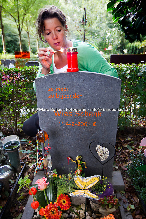 den bosch, marloes braspenning bij graf overleden baby