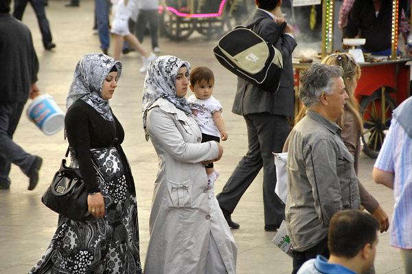Turkije, Istanbul, 4-6-2011Straatbeeld. Aan de voet van de Galatabrug. Twee jonge vrouwen lopenm met hoofddoek. Een heeft een klein kind op de arm, de ander is zwanger.Foto: Flip Franssen