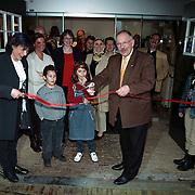 Opening cultureel intergratie centrum Stichting Welzijn Huizen, Leonie Sazias opent met wethouder van der Kolk