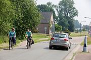 Fietsers passeren de Nederlands-Belgische grens bij Budel-Schoot (NL) en Hamont (B). <br /> <br /> Cyclists pass the Dutch Belgium border between Budel-Schoot and Hamont.