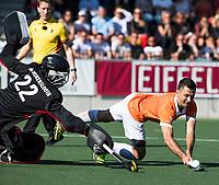 AMSTELVEEN  - Hockey -  1e wedstrijd halve finale Play Offs dames.  Amsterdam-Bloemendaal (5-5), Bl'daal wint na shoot outs. Jamie Dwyer (Bldaal) scoort tijdens de shoot outs. links Jan de Wijkerslooth.   COPYRIGHT KOEN SUYK