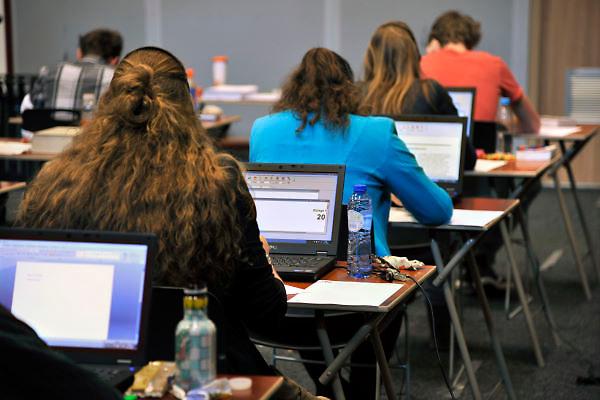 Nederland, Ubbergen, 15-5-2012Eindexamen Nederlands HAVO. Leerlingen, kandidaten, betreden de gymzaal waar het centraal schriftelijk examen, cse, wordt afgenomen. Leerlingen met dyslexie, leesblindheid, mogen het examen met een computer, laptop, maken.Foto: Flip Franssen/Hollandse Hoogte