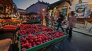 Stoisko z owocami, Plac Nowy na krakowskim Kazimierzu.<br /> Fruit stand, New Square in Krakow's Kazimierz district.