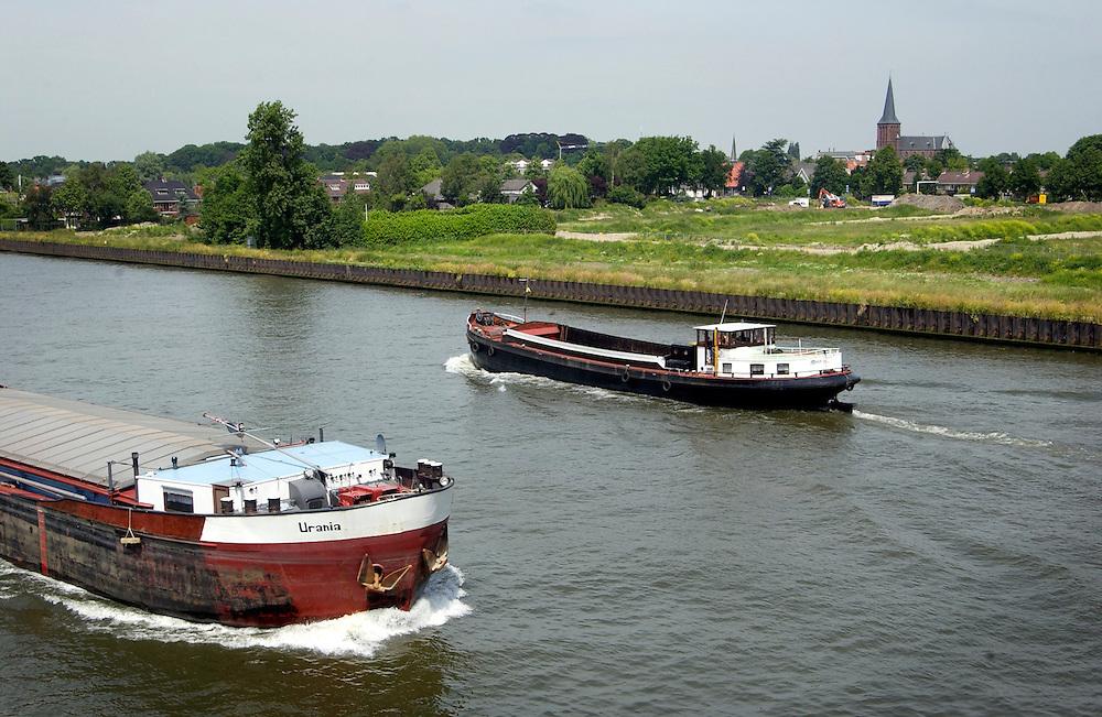 Nederland, Maarssen, 14 juni 2004..scheepvaart verkeer op Amsterdam-Rijnkanaal...Foto (c) Michiel Wijnbergh