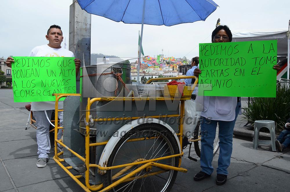 """Toluca, México (Abril 25, 2016).- Vendedores de tamales se manifestaron frente a la presidencia municipal de Toluca, para denunciar una supuesta """"invasión"""" de nuevos expendedores de tamales, presuntamente respaldados por organizaciones sociales y políticas. Agencia MVT / Arturo Hernández."""