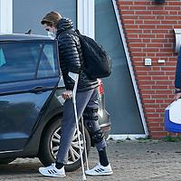 18.11.2020, Trainingsgelaende am wohninvest WESERSTADION,, Bremen, GER, 1.FBL, Werder Bremen Training, im Bild<br /> <br /> <br /> <br /> im Bild Luca Plogmann (SV Werder Bremen #40) in Zivil an Krücken beim Einsteigen in einen PKW nach dem Verlassen der Physiotherapie am Stadion Platz 11 /<br /> <br /> Foto © nordphoto / Gumz