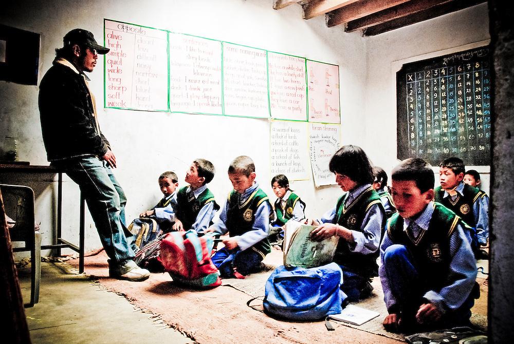 Dah, Ladakh, Luglio 2009. Giovani studenti si preparano ad una lezione in una scuola di un piccolo villaggio vicino a Leh.<br /> <br /> Dah, Ladakh - July 2009. Students preparing for a lesson in a small village near Leh.
