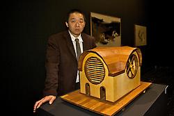 Bacharel em desenho pela UFRGS, o escultor Mauro Fuke, descendente de japoneses, utiliza a matemática e tecnologias digitais para aplicar em suas obras em madeira. FOTO: Lucas Uebel/Preview.com