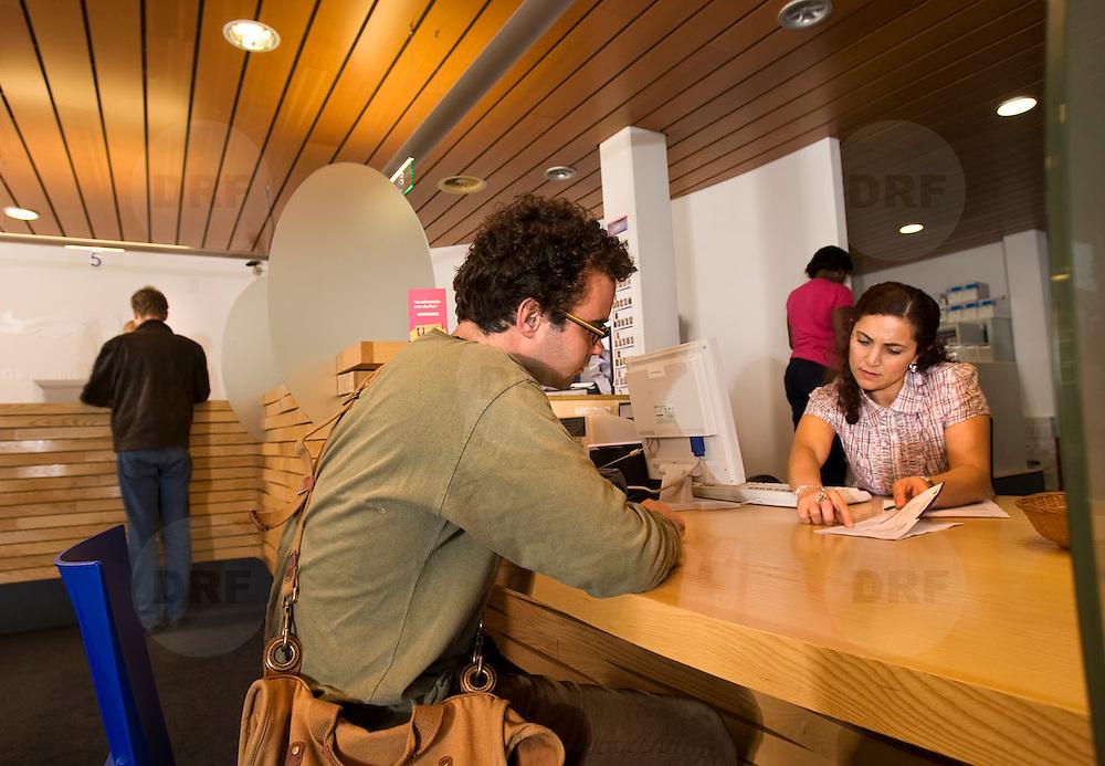 Nederland Rotterdam 23 september 2009 20090923 ..Service balies deelgemeente Kralingen Crooswijk, burgers worden geholpen door ambtenaren. Servicedesk..Foto: David Rozing